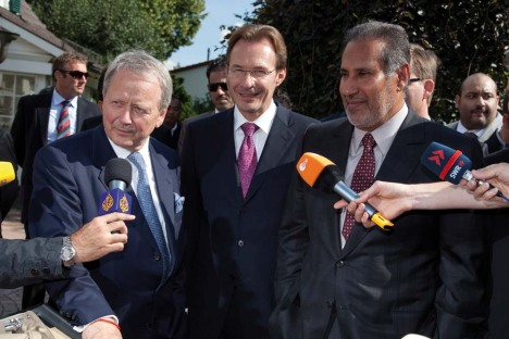 Wolfgang Porsche e Michael Macht celebram acordo com governo do Qatar